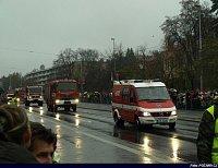 kolona hasičských vozidel, v čele Sprinter z HZS Jčk