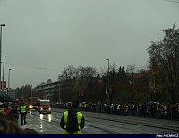 v dáli se blíží kolona hasičských vozidel, v čele Sprinter z HZS Jčk