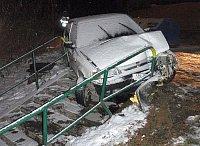 po havárii auta na sídlišti Jižní Svahy ve Zlíně zůstalo vozidlo v zábradlí chodníku