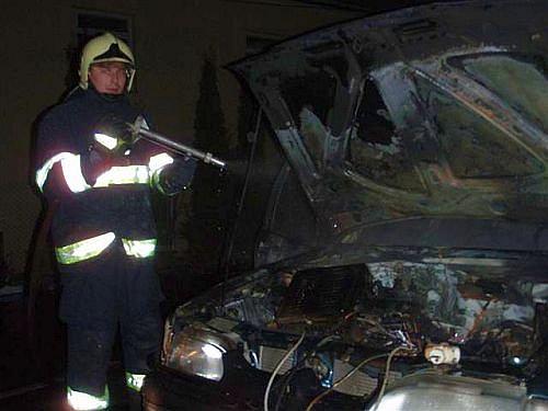 požár vznikl v motorovém prostoru při dobíjení autobaterie a dál se rozšířil do kabiny auta