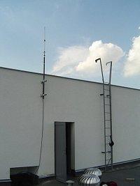 Antena: Anténa by neměla být příliš blízko ke kovovým předmětům a pokud už nějaké v