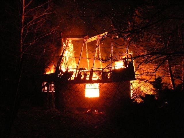 Rozsáhlý požár roubenky v Novém Strašecí