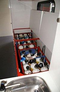přístup k náhradním lahvím z nástavby