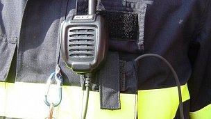 Při použití externího mikrofonu a hlasové signalizace polohy kanálového voliče není potřeba stanici