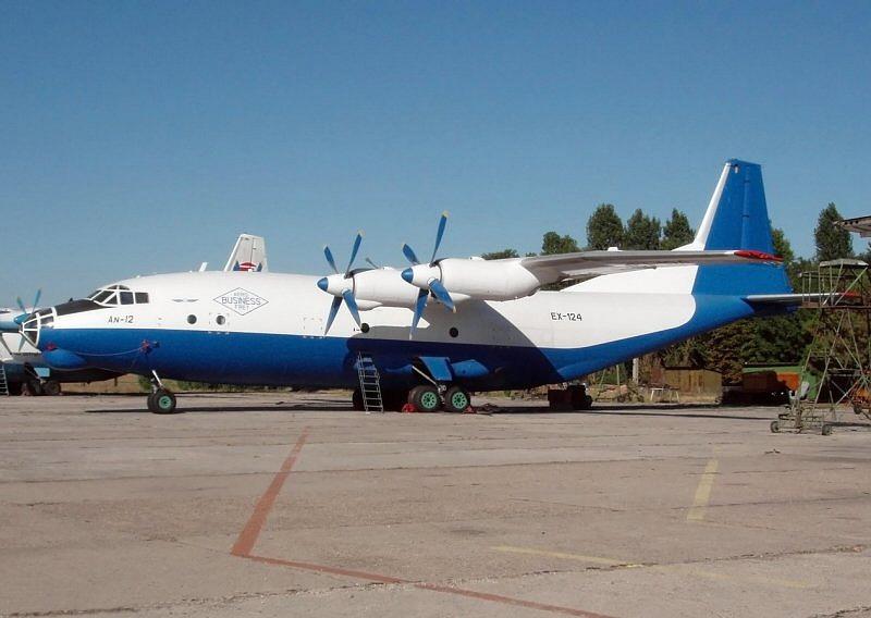 ilustrační foto - druhý stroj AN-12 téže společnosti, imatrikulace EX-124