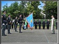 Kaplan vojenské policie žehná novému praporu