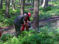 Na fotke zasahujúci hasič s praktickou radou inštruktora