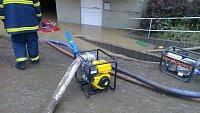 Čerpání vody pří povodních v létě 2013 v Záběhlicích