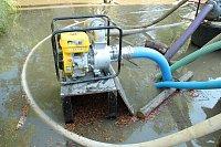Čerpání vody pří povodních v létě 2013 v ZOO