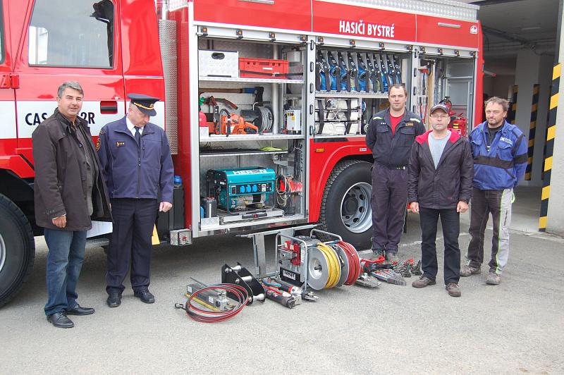 99943be93a1 Jednotce v Jevíčku dosloužilo staré zařízení a tak se hasiči rozhodli  věnovat ho dobrovolným hasičům. V Jevíčku si přebral sadu Stanislav  Ducháček