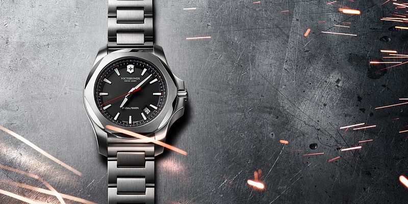 Safírové sklíčko s antireflexní úpravou ochrání hodinky před poškrábáním a zlepší  čitelnost ... fb487d888b