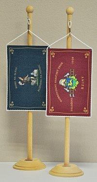 Upomínkových předmětů je celá řada. Milou připomínkou na slavnostní akci jsou stolní vlaječky, které v tomto případě věrně kopírují vzhled nového hasičského praporu.