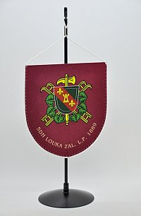 Další krásná ukázka stolní vlaječky. Vyrobená ze saténu, tištěná – na zakázku si ji nechal vyrobit SDH Louka.