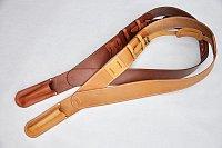 Kožený, ručně šitý pás pro vlajkonoše. Nutný doplněk pro slavnostní příležitosti a průvody. Usnadňuje držení nebo nesení žerdě s vlajkou, napomáhá optimálnímu úhlu sklonu žerdě a umožňuje snadnější manipulaci.