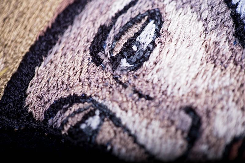 Detail tváře sv. Floriána na vyšívaném hasičském praporu, skutečný rozměr cca 6 × 8 cm.