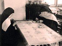 Řádové sestry při ručním vyšívání v klášterní dílně.