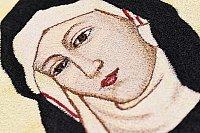 Detail ruční výšivky, tzv. malby jehlou bez rozpichu, postava sv. Anežky.