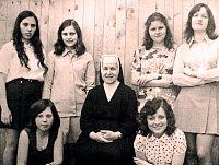 """Učnice v oboru """"umělecká vyšívačka"""" s řádovou sestrou vychovatelkou na konci 70. let 20. století."""
