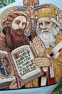 Detail ruční výšivky, tzv. malby jehlou, sv. Cyrila a Metoděje na slavnostním saténovém praporu jednoty Orla Boleradice.